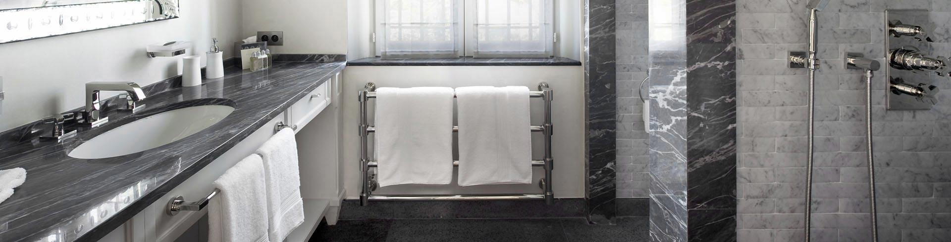 Immagini Bagni In Marmo Di Carrara: Black doors dark gray subway tiles herrin...
